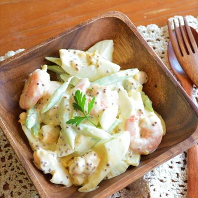 マスタードソースで和えるエビ、アスパラガス、ゆで卵のサラダ