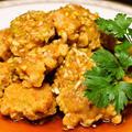 カラリと揚げた唐揚げとネギが沢山入った甘酢ソースが特徴 鶏肉の唐揚げ ネギ香味ソース