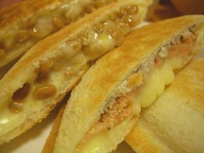 納豆&チーズ+タラコ&チーズのホットサンド