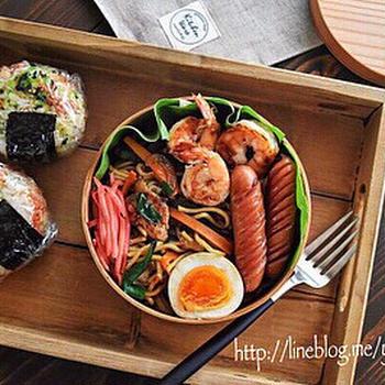 【お弁当×簡単!えびレシピ】焼きそば➕おむすびのお弁当