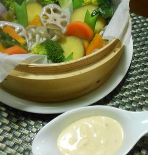 カラフル蒸し野菜のピリ辛タルタルソース
