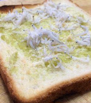 ちなみに、こちらはスタッフ作の「わさびしらすトースト」。<br><br>パンにわさびと粉チーズ、しら...