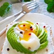 カラフルペパーが可愛いアボカドエッグトースト