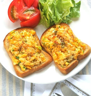 ふっくら卵でボリュームたっぷり!しらすとネギの和風卵トースト。