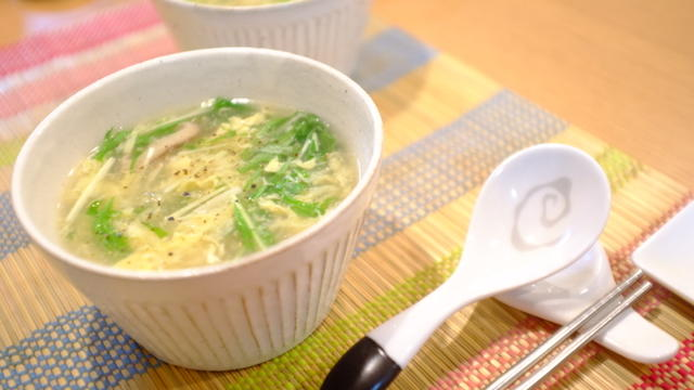 白い容器に入った椎茸と水菜のかきたま中華スープ