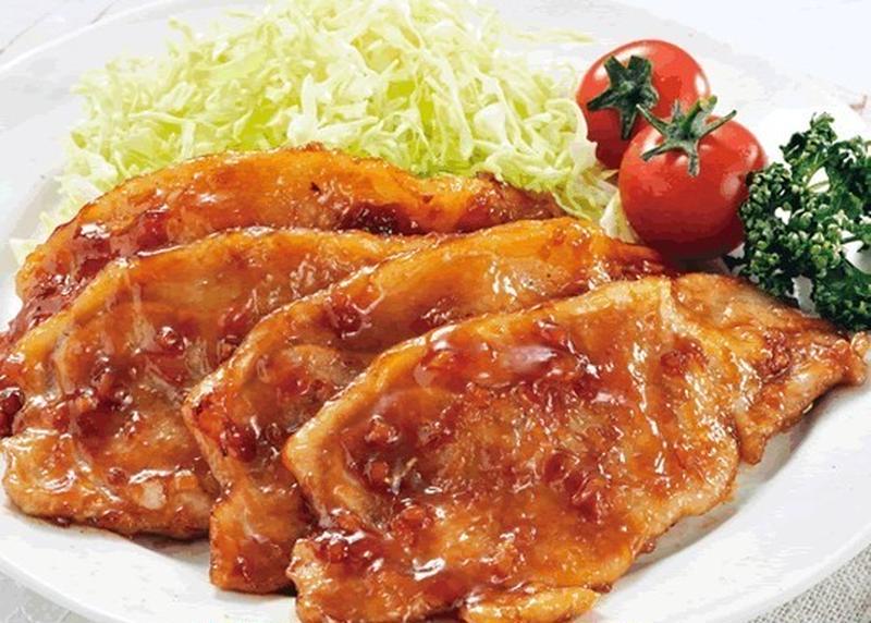 特製のタレにじっくり漬け込まれた、「瀬戸内六穀豚ロース」。一口食べるとふんわりやわらかな食感とともに...