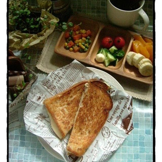 ライ麦パンのグリルチーズサンドde朝ご飯。