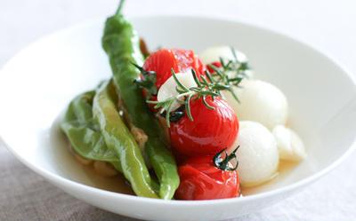 甘長唐辛子と小玉ねぎ、トマトのローズマリーマリネ