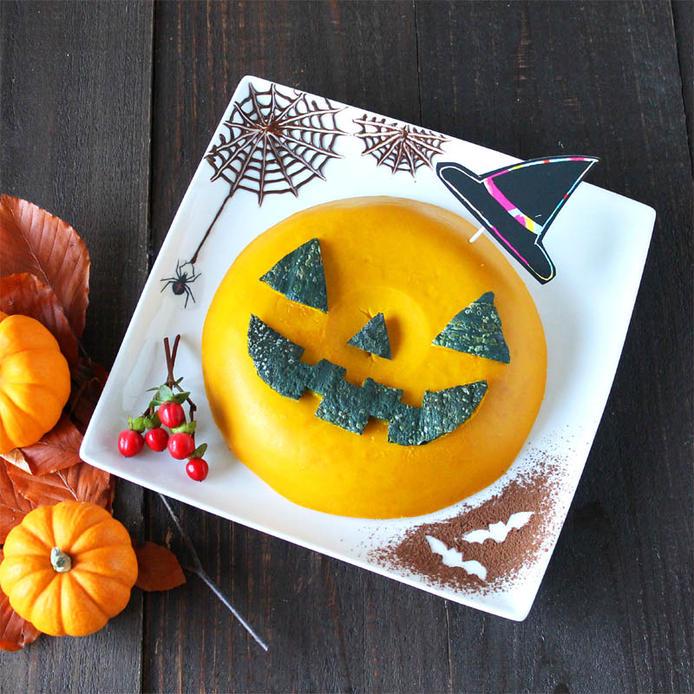 こうもりや蜘蛛の巣がデコされた、正方形皿に盛られているかぼちゃのプリンケーキ