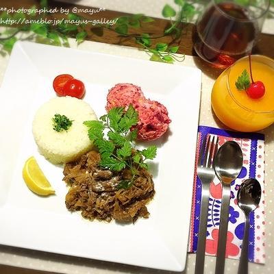 お弁当にもなる水分少なめビーフストロガノフとピンク色のポテトサラダ。秋のロシアごはんです。