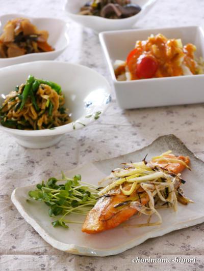 焼きねぎナムルのせ塩鮭。ニラと切り干し大根のごま和え。の晩ご飯。