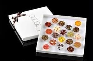 北海道のチョコレート専門店がつくる、カラフルなチョコレート。スイート、ミルク、ホワイトのチョコレート...