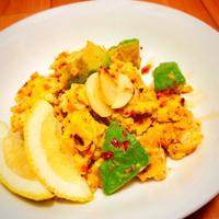 【やみつき】アボカドとカリカリガーリックのピリ辛スクランブルエッグ#スタミナ料理 #簡単 #時短