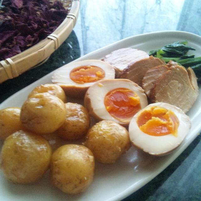 鶏胸肉のチャーシュー風と一緒に煮卵とジャガイモ揚げ浸し