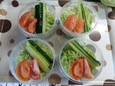 今日の作りおきサラダとリード新鮮保存バックとクッキングペーパーで野菜の保存