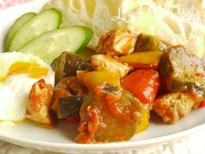 目玉焼き 茄子とマグロの完熟トマト煮添え