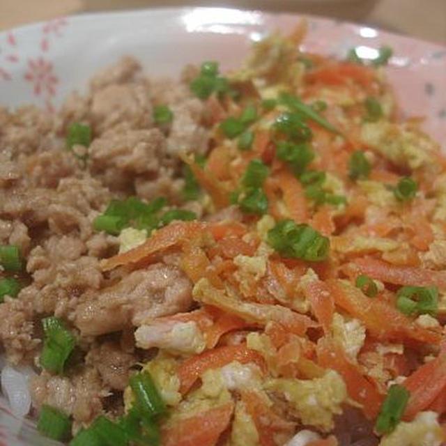 にんじんしりしりで作る鶏そぼろ丼