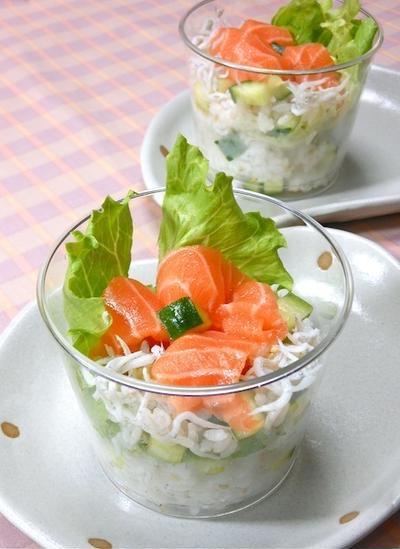 簡単おもてなし!キュウリとしらすの混ぜ混ぜカップ寿司。