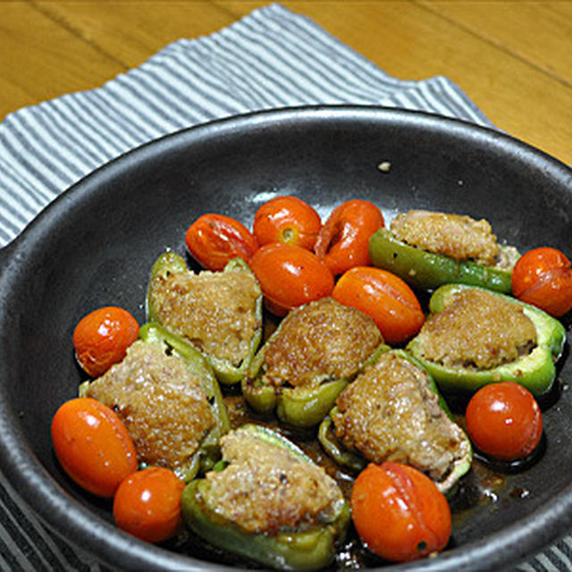 陶板でピーマン肉詰めと焼きトマト