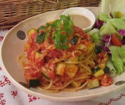 ツナとズッキーニのトマトパスタ