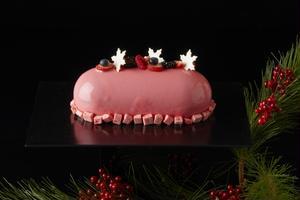 クリスマスパーティーのテーブルを、一層華やかに飾るこちらのケーキ!シャンパーニュロゼとラズベリーをふ...