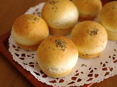 ぽっこり可愛いバジルの簡単パン☆春のおうちパーティに1時間でできるパン