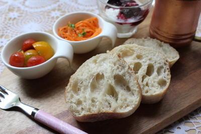 バケット焼いてミニトマトの簡単マリネで朝食♪