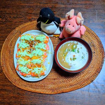 サーモン握り寿司 と 温泉卵とフライドオニオンの味噌汁