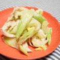 セロリとサラダチキンのマヨネーズ和え。ポピーシードの風味がきいた箸休め。