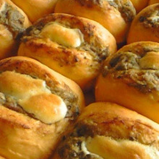 パン:トマト生地のツナマヨチーズバジルパン