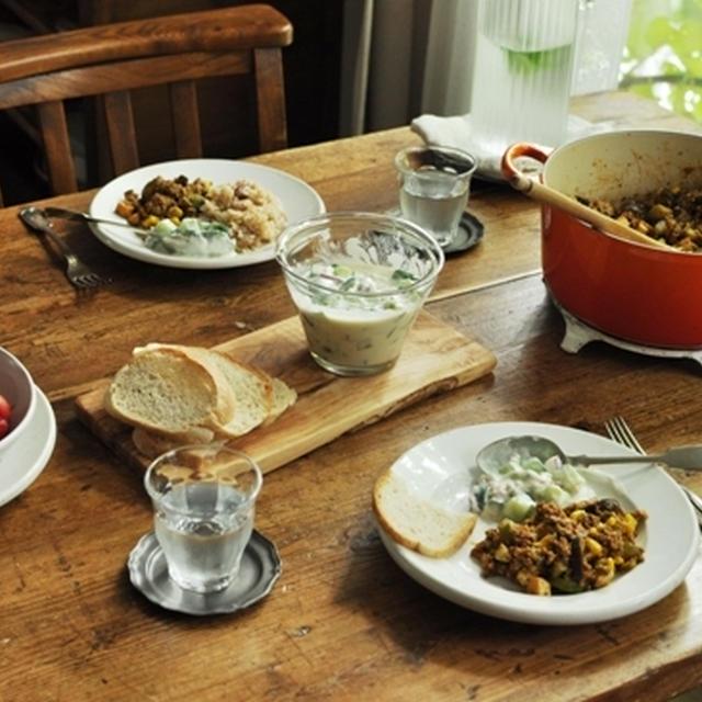 茄子・ズッキーニ・とうもろこし・厚揚げのドライカレー & キュウリとヨーグルトのサラダ