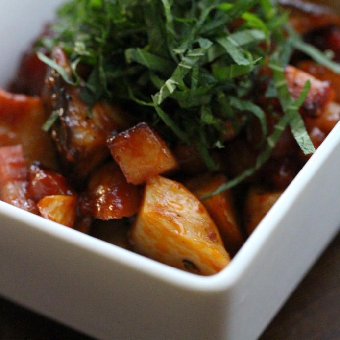 お皿に盛り付けたエリンギとベーコンのケチャップ焼き