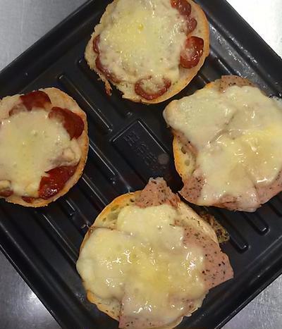 3分焼くだけ☆ドライソーセージ&アオフシュニットのパンピザ♪