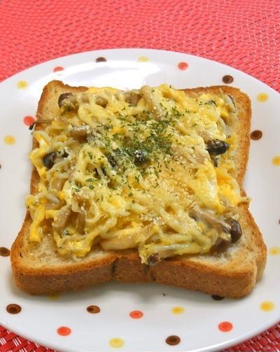 卵1 個でボリューミィふわとろ〜!簡単朝ゴハンしめじとしらすのたまごトーストはサンドもオススメ。