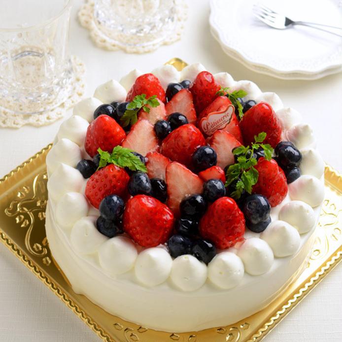 いちごとブルーベリーがのったホールショートケーキ