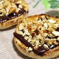 【簡単おやつ・朝食レシピ】シナモン香るチョコナッツのオープンイングリッシュマフィン。