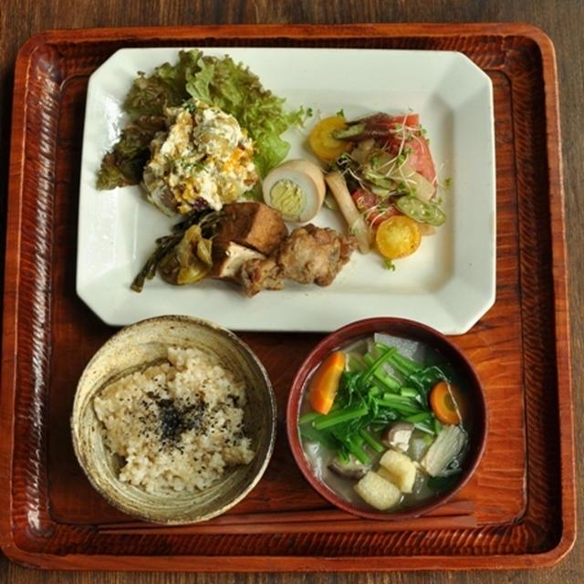一汁三菜ごはん ◆大根・きのこ・小松菜・豚肉などの味噌汁、鶏のすっぱ煮、かぼちゃん・さつま芋・栗の豆腐マヨネーズのサラダ、トマト・オクラ・茄子のマリネのサラダ