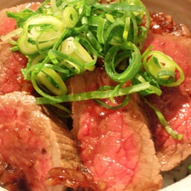 国産の赤身のお肉を屋焼いて飯にのっけた、グリル肉丼(名前はまだ無い。)