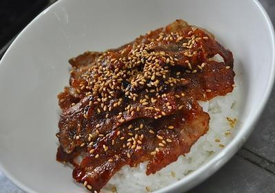 主夫的昼飯:豚バラキムチ風味丼(付録 筋トレネタ)