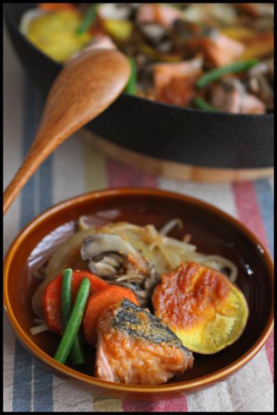 フライパン1つで簡単!さつまいもにキノコ♪たっぷり野菜の鮭のちゃんちゃん焼き