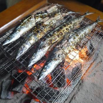 炭火で秋刀魚