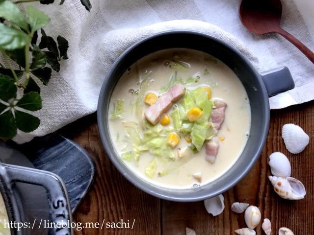 スープカップに入ったベーコンとキャベツのミルクスープ