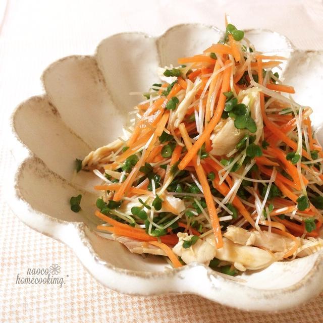 お皿に盛られたスプラウトのサラダ