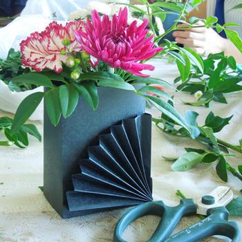 10月のフラワーアレンジ  紙で簡単扇子の花器