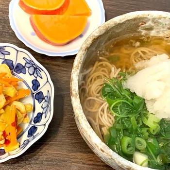 お蕎麦と竹輪・ブロッコリーの茎・人参のピリ辛きんぴらとサツマイモのレモン煮