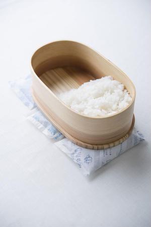 3)冷めてからふたをする<br><br>ご飯とおかずが温かいうちにふたをすると、蒸気が原因で傷むので...