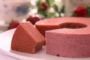 甘酸っぱさが特徴の「とちおとめ」がたっぷり入った、春らしいバウムクーヘンです。米粉を使い、しっとりと...