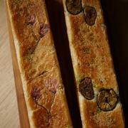 スティック型のパンを試し焼き。