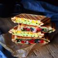 玉子とズッキーニ、トマトとオリーブのホットサンド