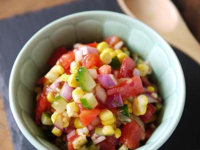 >夏野菜をおいしく|切って混ぜるだけ|お洒落なサラダ|万能ソースにもオススメ|【トウモロコシのとトマトのカラフルサルサ風サラダ】 by SHIMAさん